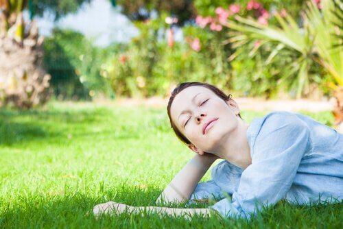 Vrouw rust uit in het gras