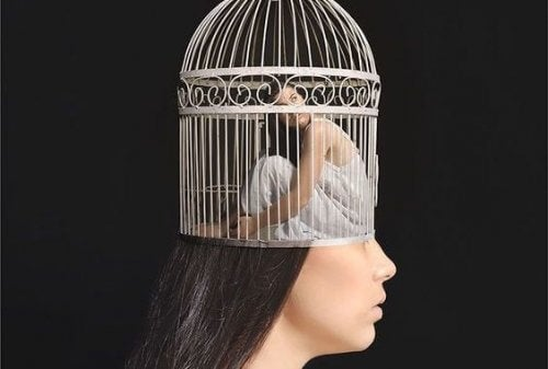 Vrouw in een kooi