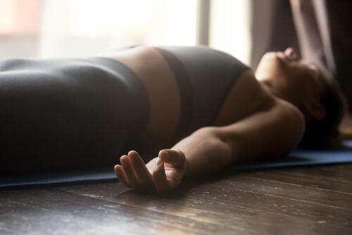 Vrouw ligt ontspannen op de grond