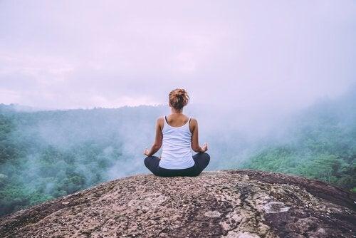 Vrouw mediteert op een berg
