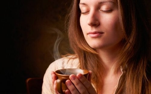 Vrouw met een kop koffie