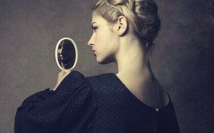 Vrouw met een spiegeltje