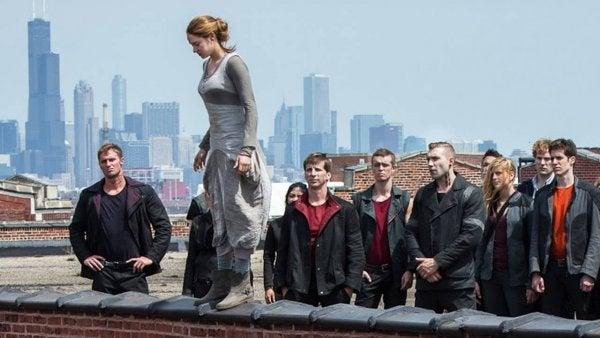 Vrouw springt van gebouw terwijl mensen toekijken