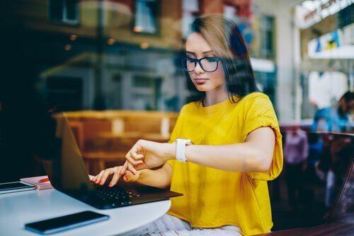 Vrouw werkend in een café