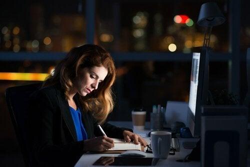 Vrouw tot 's avonds laat aan het werk