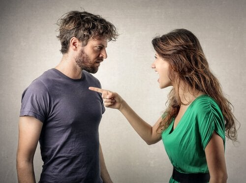 Vrouw maakt ruzie met haar vriend