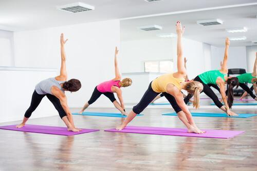 Vrouwen beoefenen Bikram Yoga