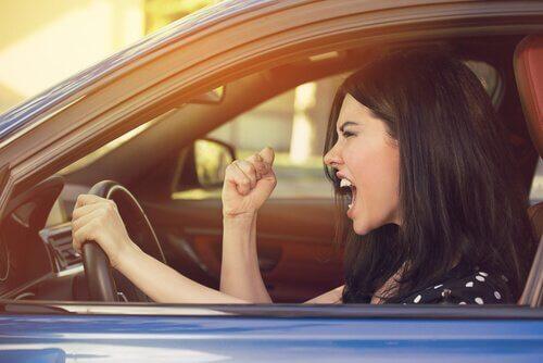 Boze vrouw in de auto verkeersagressie