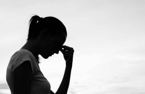 Piekerende vrouw heeft angst om bekritiseerd te worden