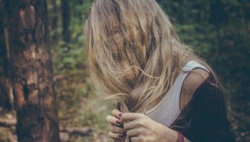 Vrouw met lang blond haar