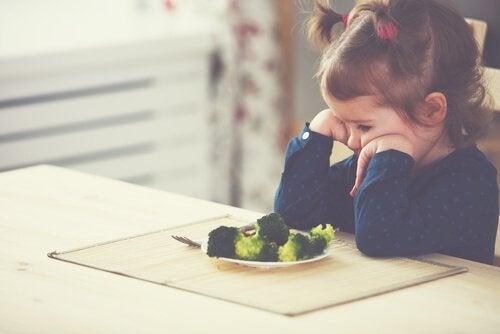 Meisje wil haar broccoli niet opeten