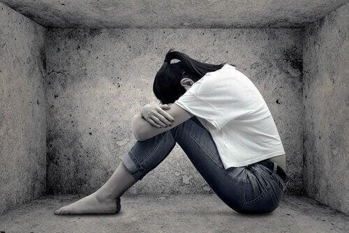 Eenzaam meisje dat zit te huilen