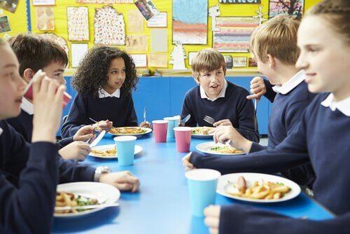 Kinderen die op school eten
