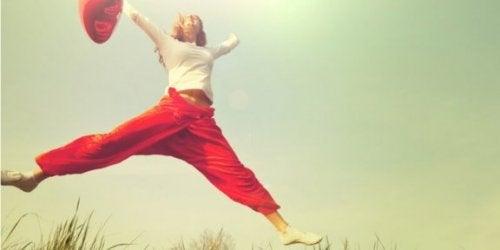 Vrouw springt gat in de lucht van blijdschap