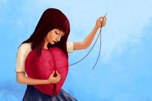 Vrouw naait haar gebroken hart weer dicht
