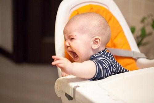 Baby die huilt om eten