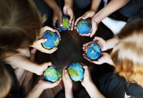 Kinderen die allemaal wereldbol vasthouden