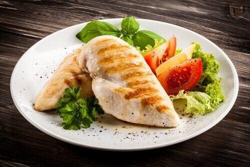 Kipfilet op een bord met salade