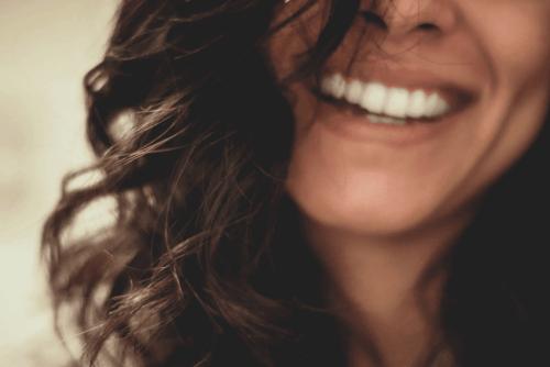 Vrouw die glimlacht
