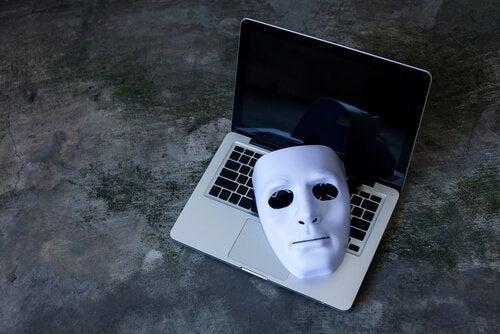 Een masker op een laptop
