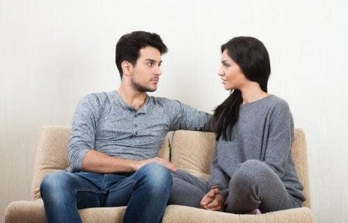 Man en vrouw praten zelfverzekerd op de bank