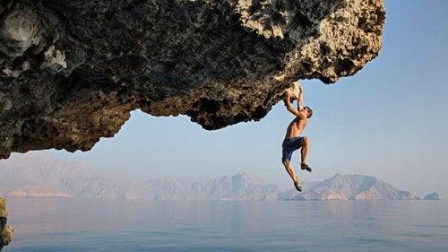 Man die aan een rots hangt