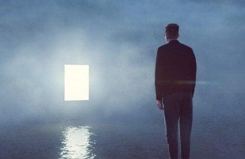 Man kijkt naar verlichte deur