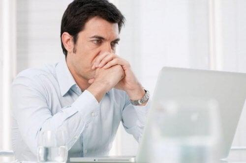 Man zoekt werk op internet