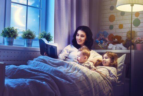 s Avonds voorlezen aan de kinderen