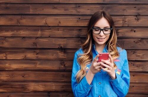 Vrouw bezig met haar sociale media