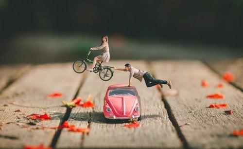 Twee poppetjes met een auto en een fiets
