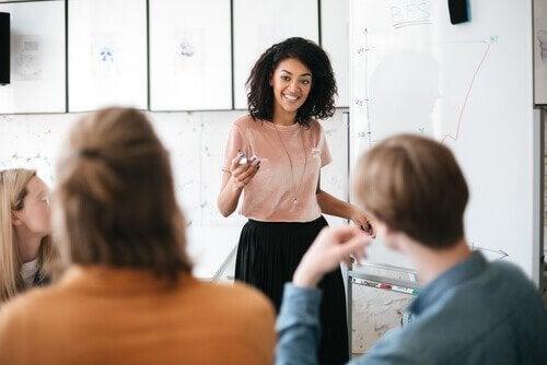 Vrouw houdt een presentatie voor publiek met vertrouwen
