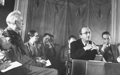 Karl jaspers tijdens een bijeenkomst