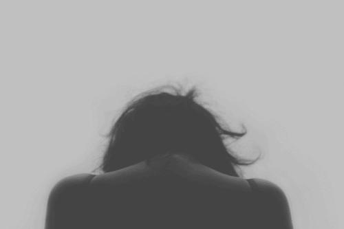 Vrouw met haar rug naar de camera