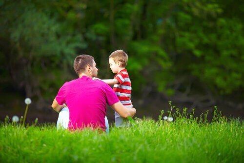 Vader en zoon in het gras