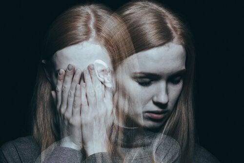 Verdrietige vrouw houdt handen voor haar gezicht