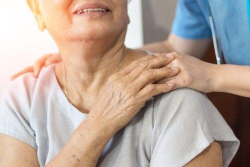 Verzorger met een ouder persoon