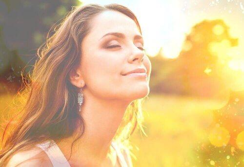 Gelukkige vrouw glimlacht