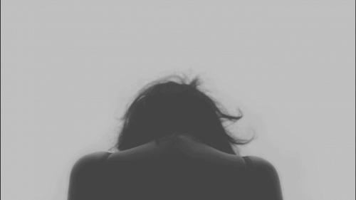 Vrouw kijkt naar beneden