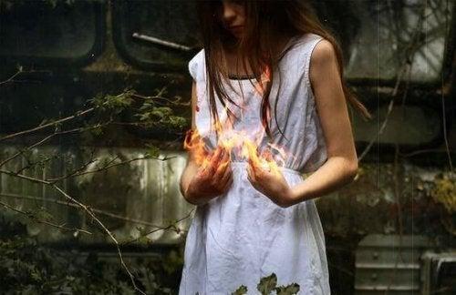 Vrouw houdt vuur in haar handen