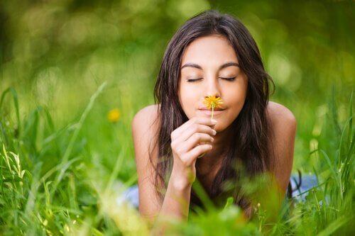 Vrouw ruikt aan bloem