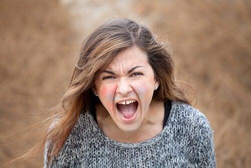 Vrouw schreeuwt van woede