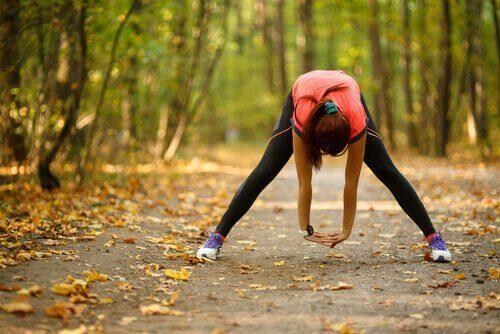 Vrouw die sport in het bos