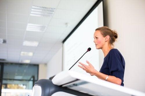Vrouw spreekt in het openbaar