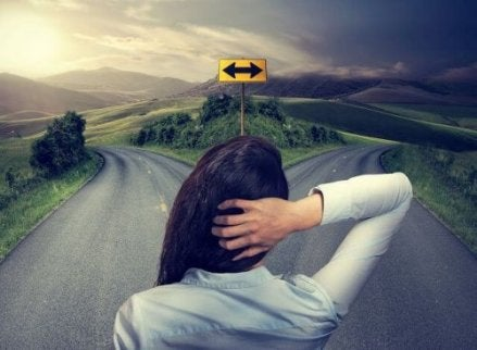 Vrouw staat voor een tweesplitsing