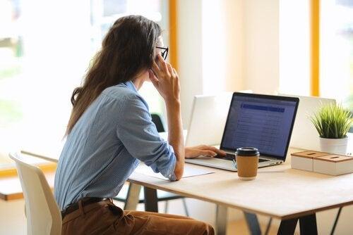 Vrouw werkt achter een laptop