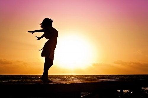 Vrouw doet yoga in de zonsondergang