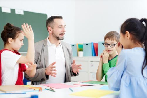 Docent met jonge leerlingen