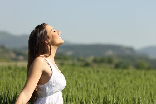 Vrouw geniet van de buitenlucht