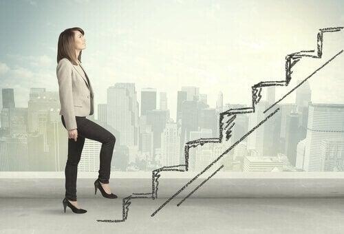 Vrouw stapt op getekende trap